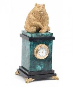 Корпус часов из змеевика, статуэтка из скульптурного гипса.