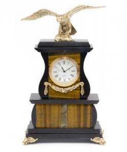 Часы из тигрового глаза и долерита с бронзовым орлом.Высота25 см. Длина15 см. Ширина7,5 см.