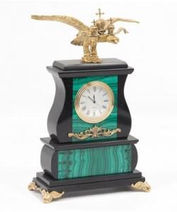 Настольные часы из малахита и долерита с двуглавым орлом из бронзы. Высота 25 см. Длина 15 см. Ширина 7,5 см.