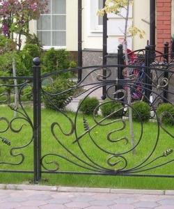 Кованное газонное ограждение с фонраиками: заказать, описание, фото