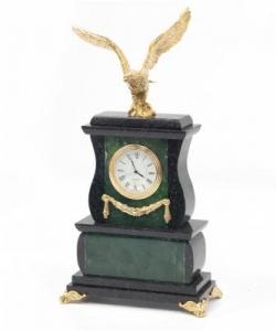 Часы из нефрита и долерита с орлом из бронзы. Высота 25 см. Длина 15 см. Ширина 7,5 см.