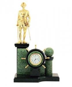 Часы из змеевика и бронзы. Высота 38 см. Длина 16 см. Ширина 13 см.