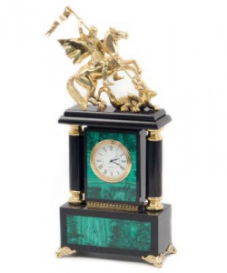 Часы из малахита и долерита с Георгием Победоносцем из бронзы. Высота 31 см. Длина 14 см. Ширина 7,5 см.